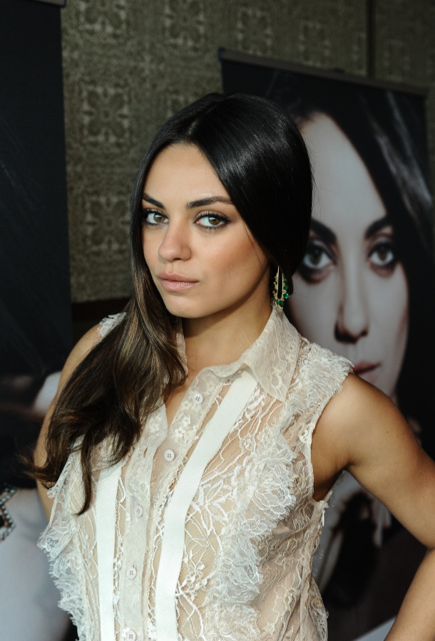 Mila is wearing Fernando Jorge's exclusive design, a pair of earrings in yellow gold, white and brown diamonds and Gemfields Zambian emeralds.